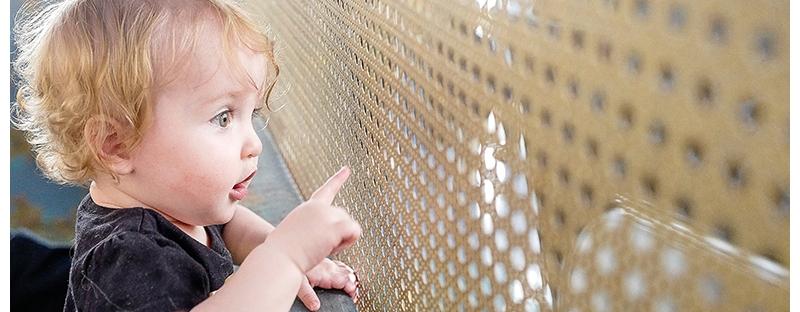 Adeline-first-visit-to-the-aquarium-6
